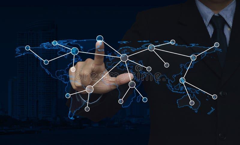 Значок соединения щелчка руки бизнесмена с картой мира над городом стоковое фото