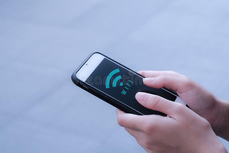 Значок WiFi на смартфоне стоковые фотографии rf