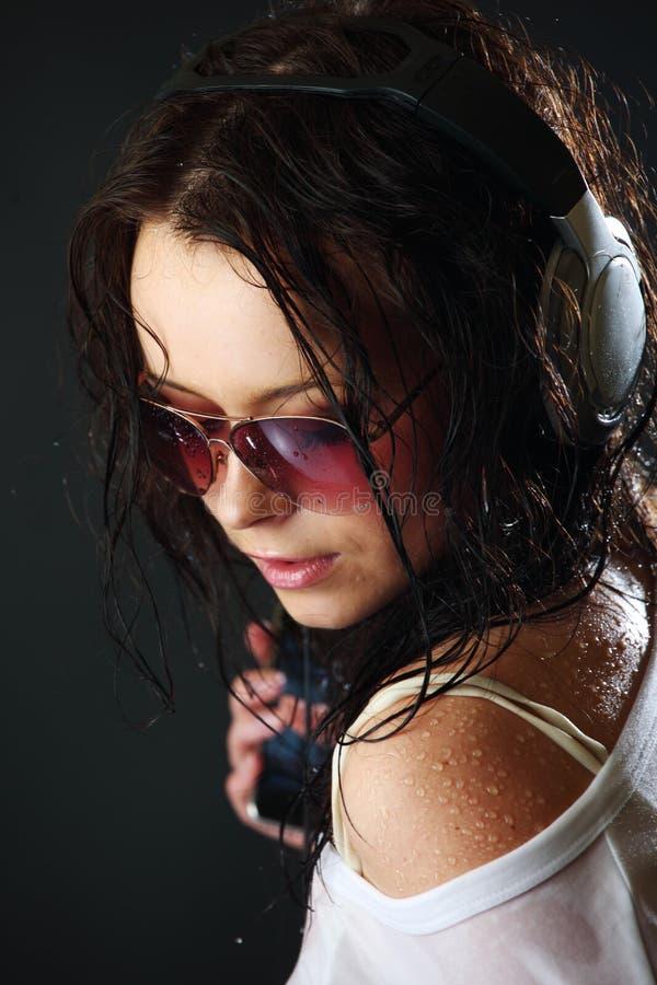 знонит по телефону женщине стоковое изображение rf
