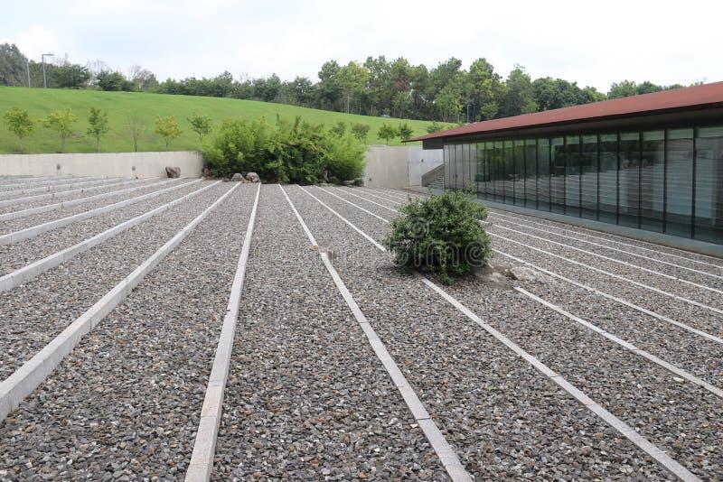 зодчество самомоднейшее открытый сад линейных гравия и кустов  stone〠стоковое фото rf