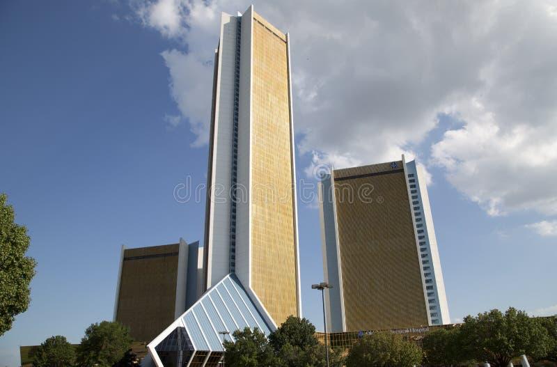 Золотая башня больницы Оклахомы хирургической стоковые фотографии rf