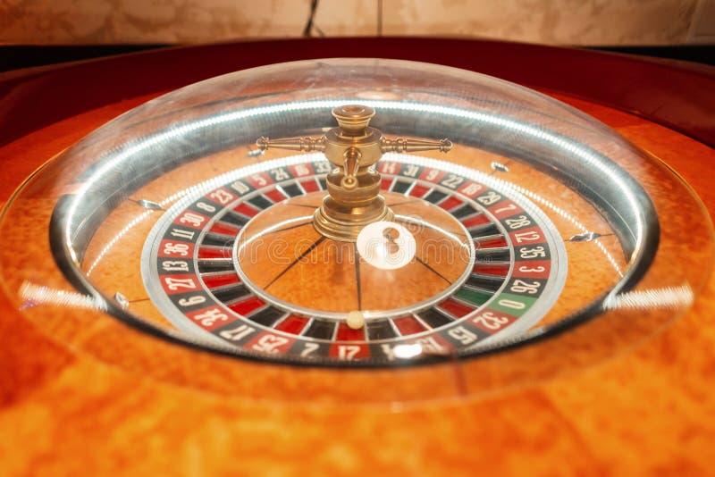 Золотая деревянная таблица рулетки в казино Колесо рулетки остановило Играть в азартные игры для дег Конец-вверх стоковое изображение