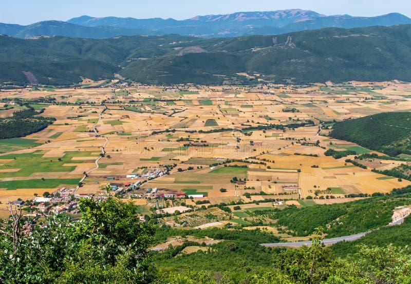 Золотая долина, общий взгляд ландшафта около Norcia, на границе Умбрии Марша, Италия Сельское земледелие стоковое фото rf