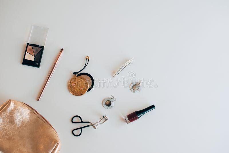 Золотая косметическая сумка с косметическими продуктами стоковое изображение rf