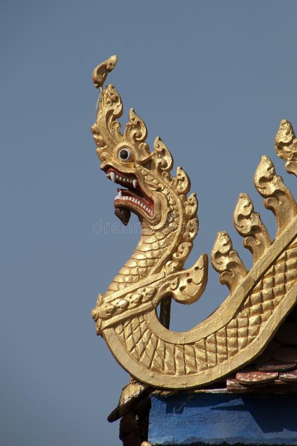 Золотая крыша дракона высекая на Wat Kandal стоковая фотография