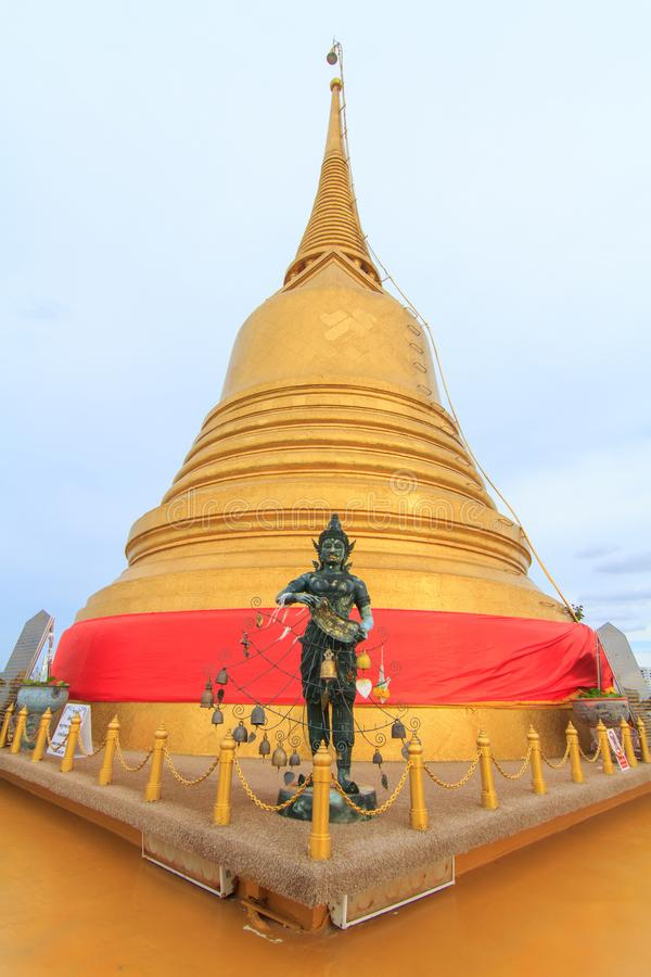 Золотая пагода виска Wat Saket/общественного ориентир ориентира в Таиланде стоковые изображения rf