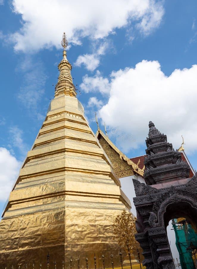 Золотая пагода в традиционном северном тайском стиле стоковые изображения rf