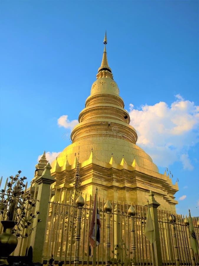 Золотая пагода в Lampang, Таиланде стоковые фотографии rf