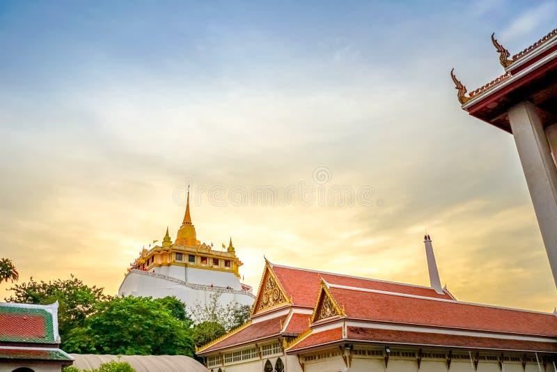 Золотая пагода горы или золота в середине старого городка Бангкока, Таиланда стоковые фотографии rf