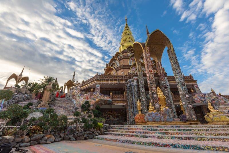 Золотая пагода дизайн от керамики красочной и красиво, общественное место виска стоковое фото rf