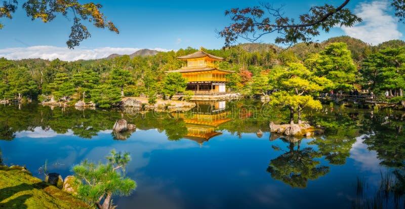 Золотая панорама павильона в Киото, Японии стоковые изображения