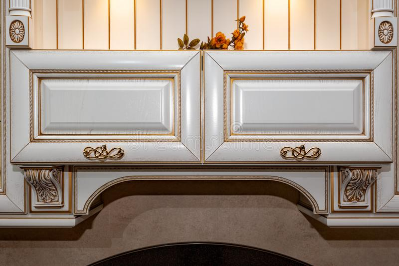 Золотая ручка мебели на белом деревянном дрессере стоковое изображение rf