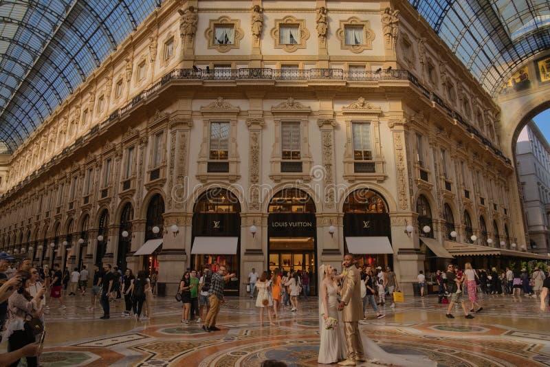 Золотая свадьба в галерее Vittorio Emanuele стоковое изображение rf