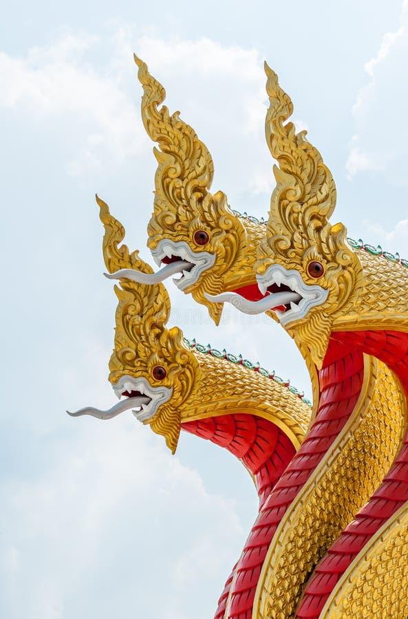 Золотая скульптура змея в традиционном тайском стиле стоковые фотографии rf