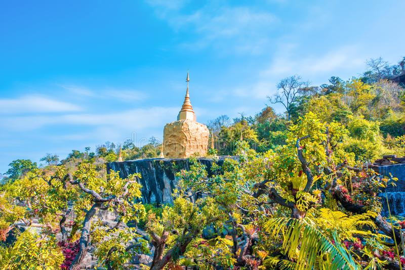 Золотая скульптура пагоды, резьба из камня в Wat Tham Pha Daen Провинция Сакон Нахон, Таиланд стоковое изображение