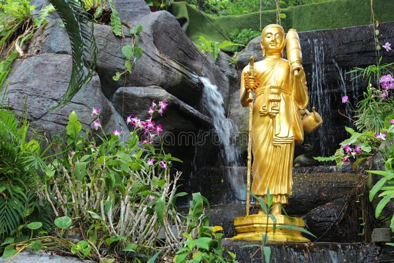 Золотая статуя буддиста на Золотой Горе в Бангкоке в Таиланде стоковая фотография rf