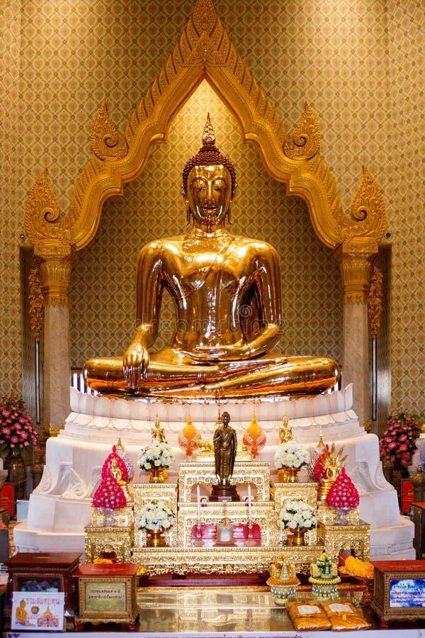 Золотая статуя Будды в виске Таиланда Будды, Бангкоке стоковое фото rf