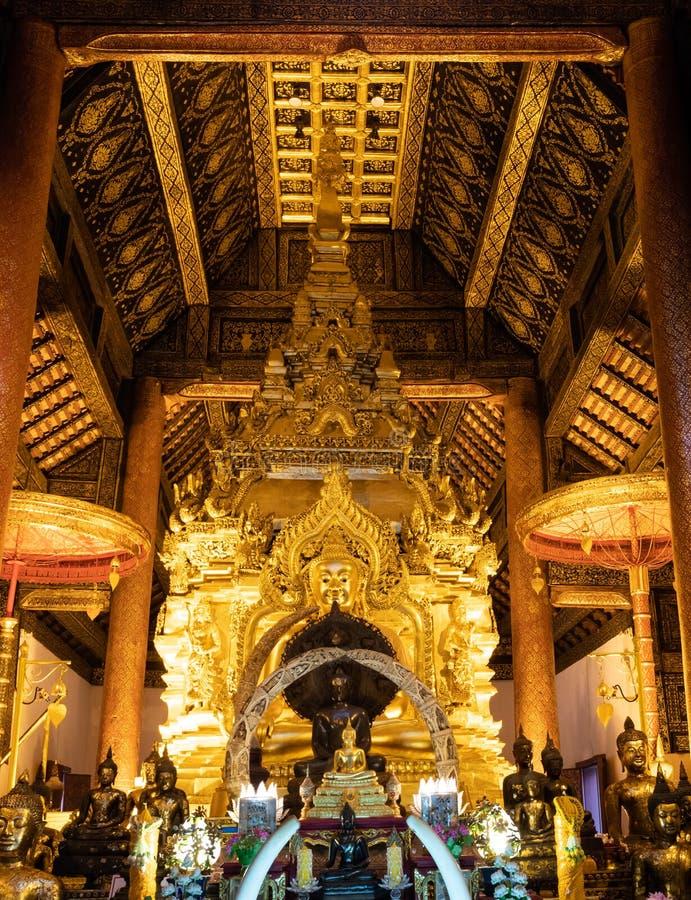 Золотая статуя Будды в старой церков стоковые фотографии rf