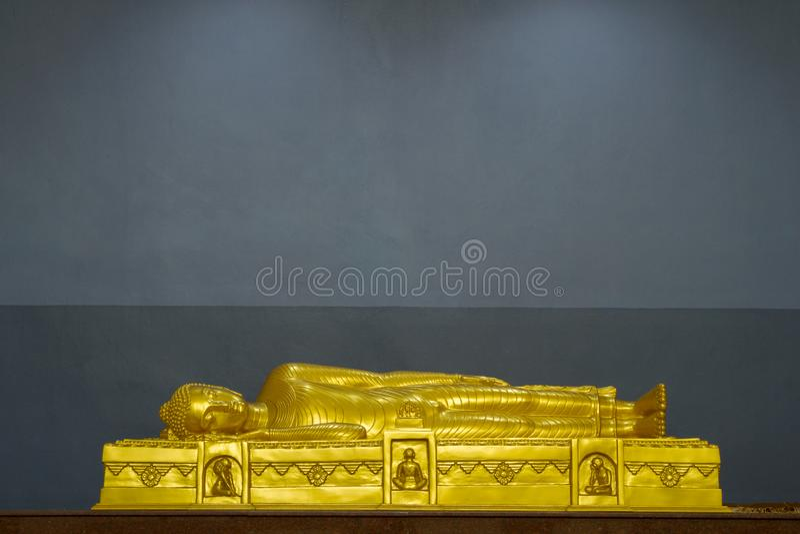 золотая статуя будды в храме махапаринирвана кусинара в ватпаньянантараме в хлонг хоке, таиланд стоковая фотография rf
