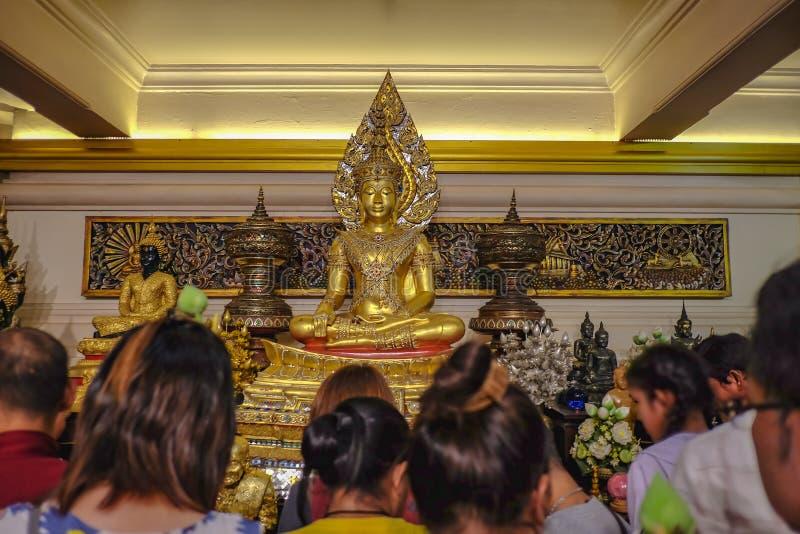 """Золотая статуя Будды с туристом на золотой горе в виске seket Wat в """"фестивале Krathong loi """" Город Таиланд Бангкока стоковая фотография rf"""
