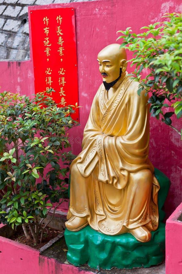 Золотая статуя в монастыре в Гонконге стоковые изображения