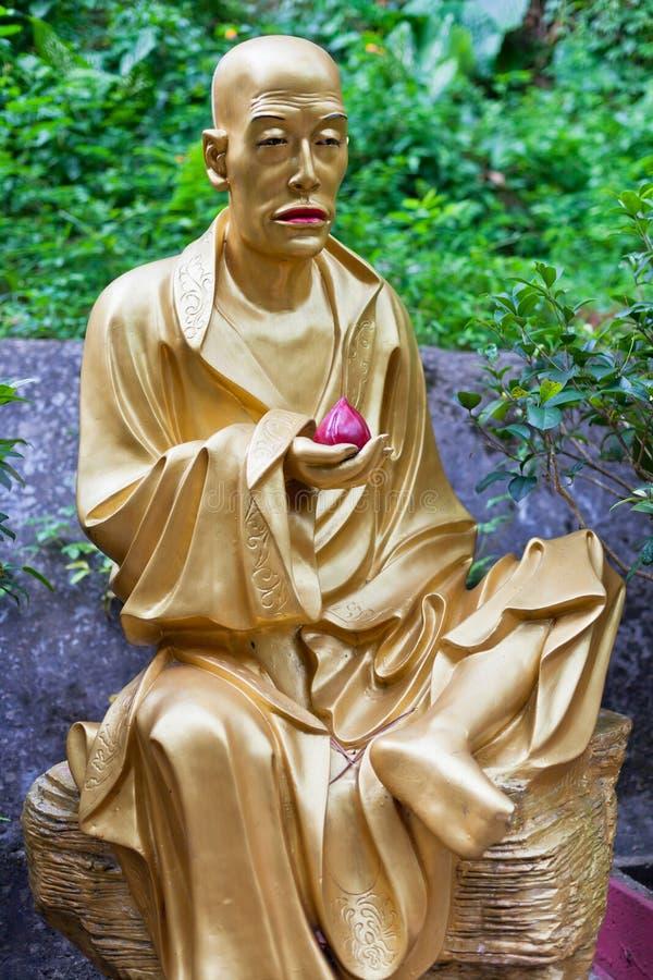 Золотая статуя в монастыре в Гонконге стоковое изображение