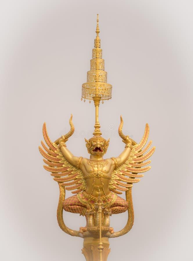 Золотая статуя Garuda на королевском крематорие для HM короля Bhumib стоковые фото