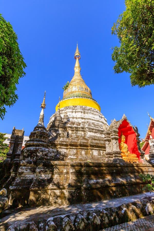 Золотая украшенная пагода на виске Wat Bubparam Чиангмай, к северу от Таиланда стоковые фото