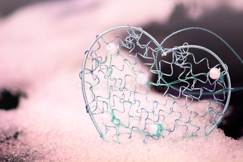 Золотая форма сердца в снеге стоковое фото rf
