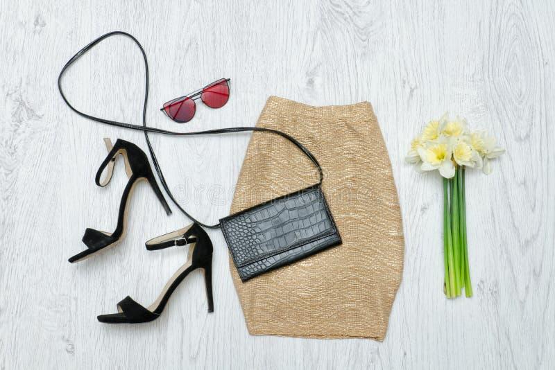 Золотая юбка, ботинки, стекла и букет daffodils Способ стоковое изображение rf
