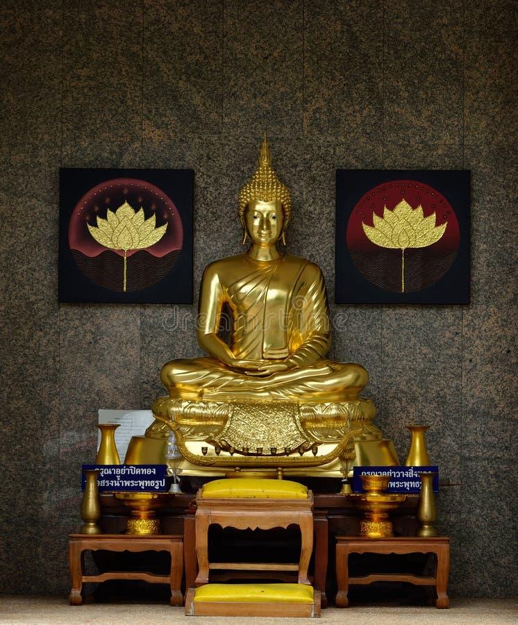 Золотистая буддийская статуя стоковое фото rf