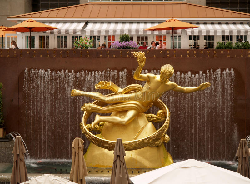 золотистая статуя Prometheus Редакционное Фото