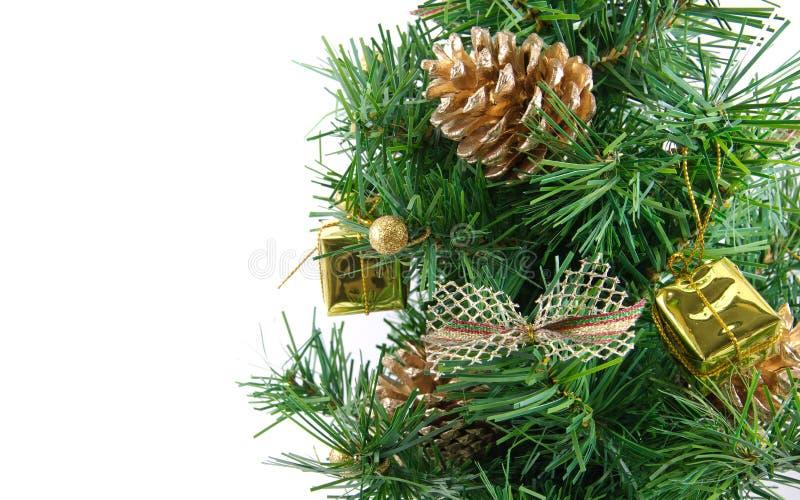 Золотистая украшенная рождественская елка с много представляет стоковые фотографии rf