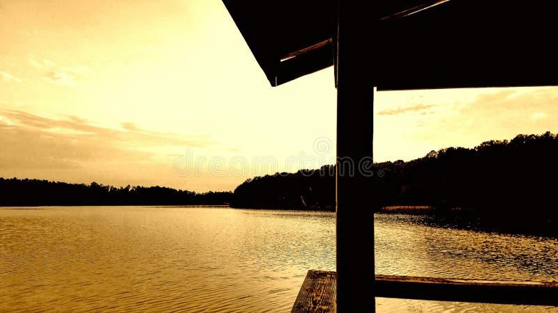 золотистое озеро над заходом солнца стоковые фотографии rf