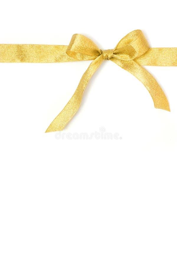 золотистое подарка смычка изолированное над белизной тесемки стоковая фотография rf