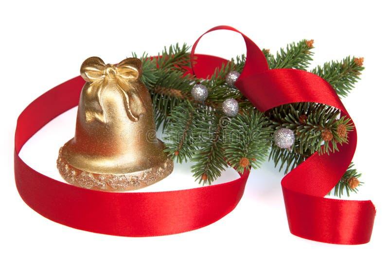 Золотистое рождество колокол с сосенкой и тесемкой стоковое изображение