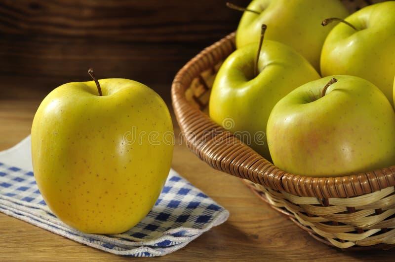 Золотисто - очень вкусный яблоко стоковая фотография