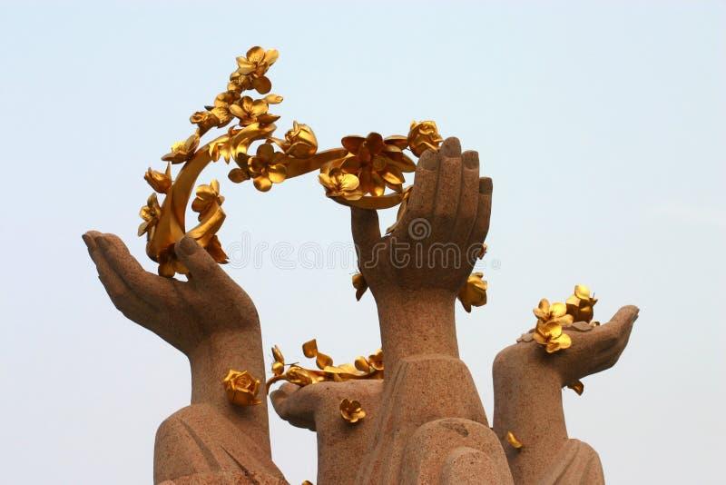 Золотистые цветки и руки лотоса стоковые фото