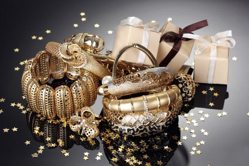 золотистые ювелирные изделия и подарки стоковое фото rf