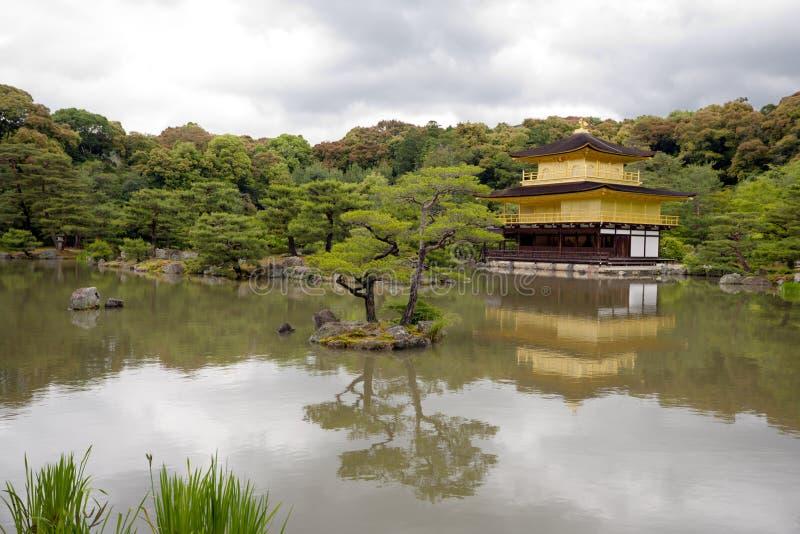 Download золотистый висок павильона Kinkakuji Стоковое Изображение - изображение насчитывающей природа, облако: 6859919