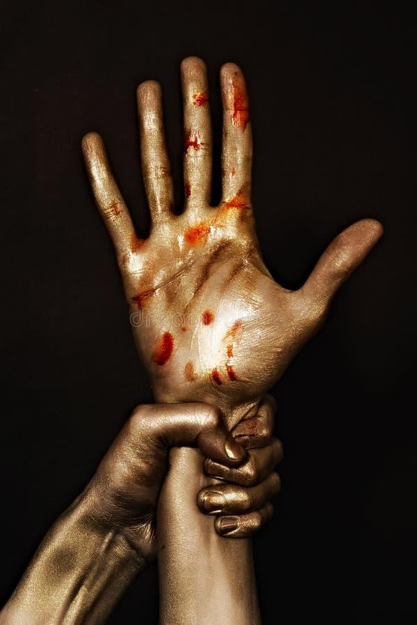 золотистый красный цвет краски рук стоковые фото