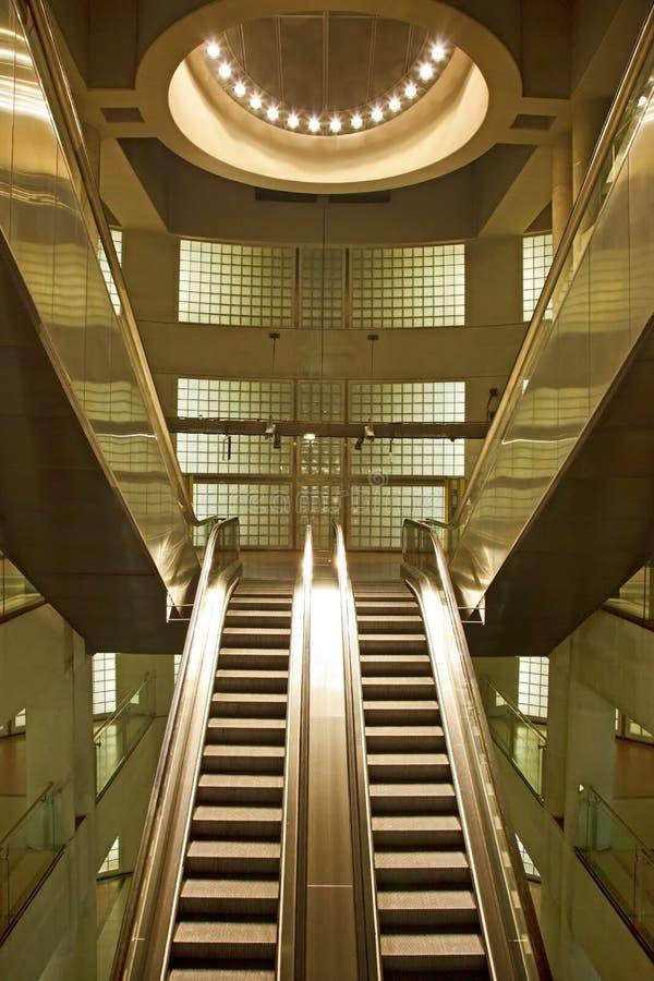 Золотистый нутряной эскалатор в зодчестве дела стоковые фотографии rf