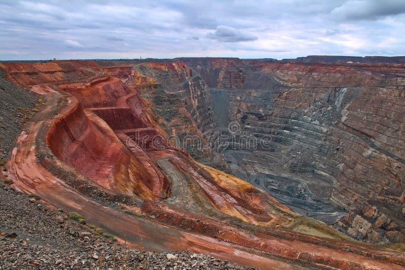 Золотодобывающий рудник супер ямы открытый отрезанный в Kalgoorlie, западной Австралии стоковая фотография rf