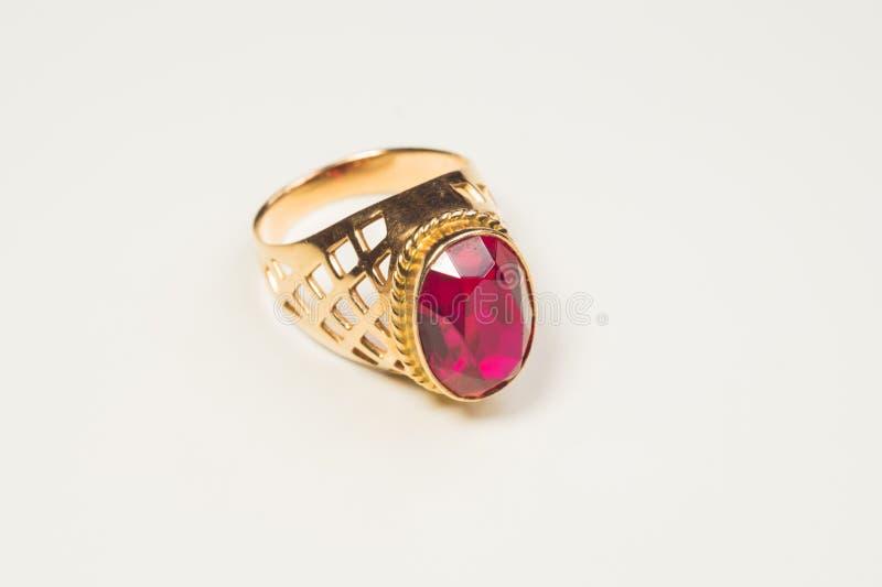 Золотое кольцо с рубином изолированным на белизне стоковое изображение