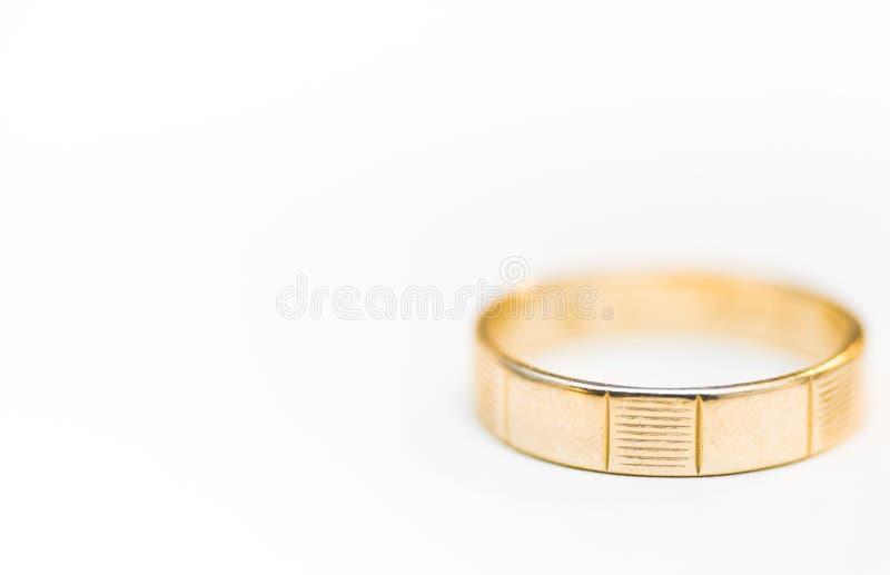 Золотое обручальное кольцо изолированное на белой предпосылке стоковые фотографии rf