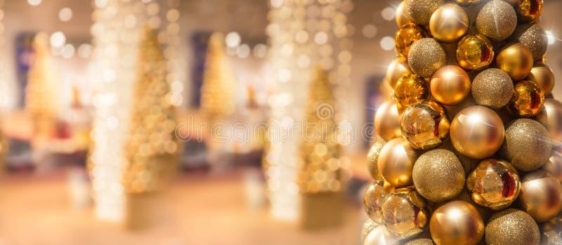 Золотое рождественское дерево с мячами в роскошном торговом центре стоковое фото rf
