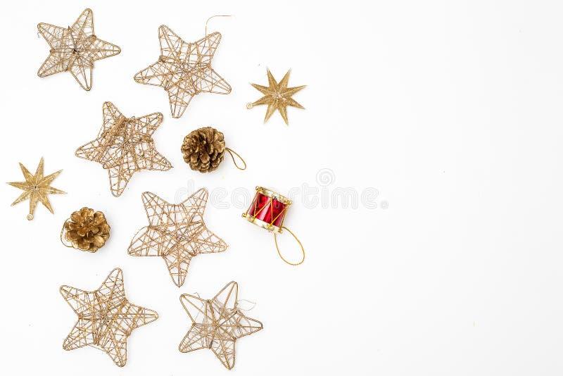 Золотое рождество забавляется на рождественской елке на белой предпосылке стоковые фотографии rf