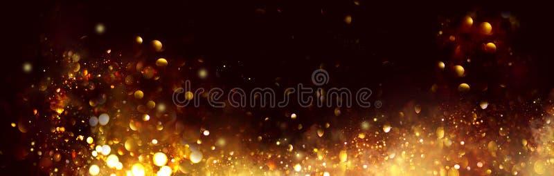 Золотое Рождество и новогодние блестящие звезды вращаются на фоне черного бокаха, на фоне сверкающих золотых звезд стоковые фотографии rf