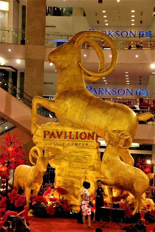 Золотое состояние козы в павильоне Куалае-Лумпур Малайзии год козы 2015 стоковые фотографии rf