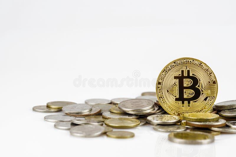 Золотое bitcoin над много международных монеток денег изолированных на белой предпосылке Секретная концепция валюты Cryptocurrenc стоковое изображение
